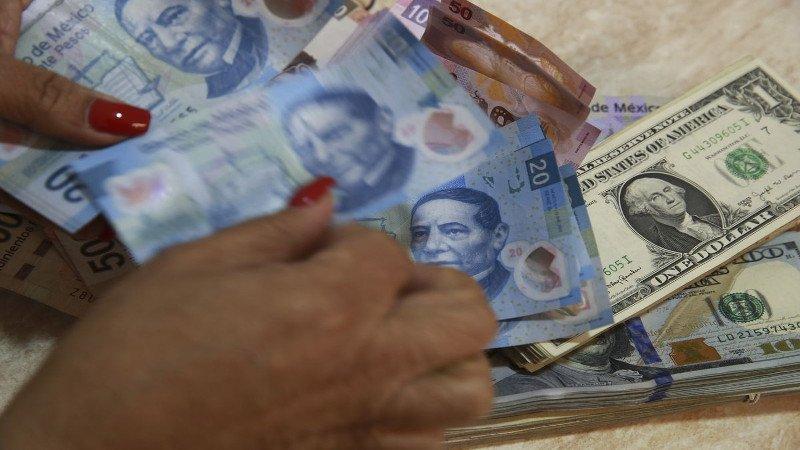 Peso se aprecia tras retroceso del dólar