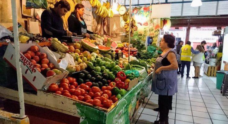 Inflación en México acelera a 5%; el tomate verde es 133.9% más caro que el año pasado