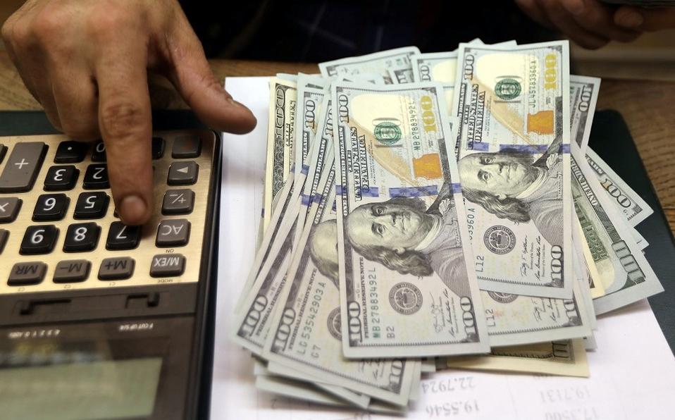 Dólar inicia semana con ligera ganancia, en 19.82 pesos a la venta