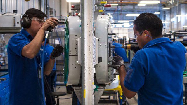 Desempleo sorprende y toca su nivel más bajo en 15 años; analistas así se lo explican