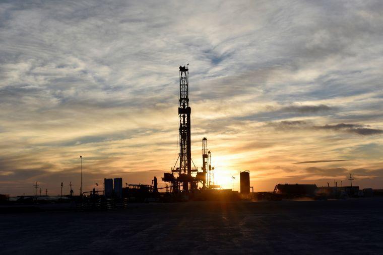 Precios del petróleo se desploman casi 30%; su mayor caída desde la Guerra del Golfo